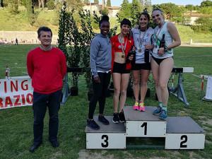 Il podio del salto in lungo femminile premiato dall'olimpionica Tianna Bartoletta