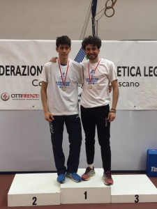 alberto-menicori-a-dx-sul-podio-con-filippo-bruschi-cat-junior-atletica-firenze-marathon-campione-toscano-salto-triplo
