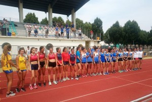 Le squadre schierate prima dell'inizio gare ai CdS di prove multiple allieve 2019