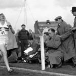 Roger Bannister il giorno del suo primato del miglio nel 1954
